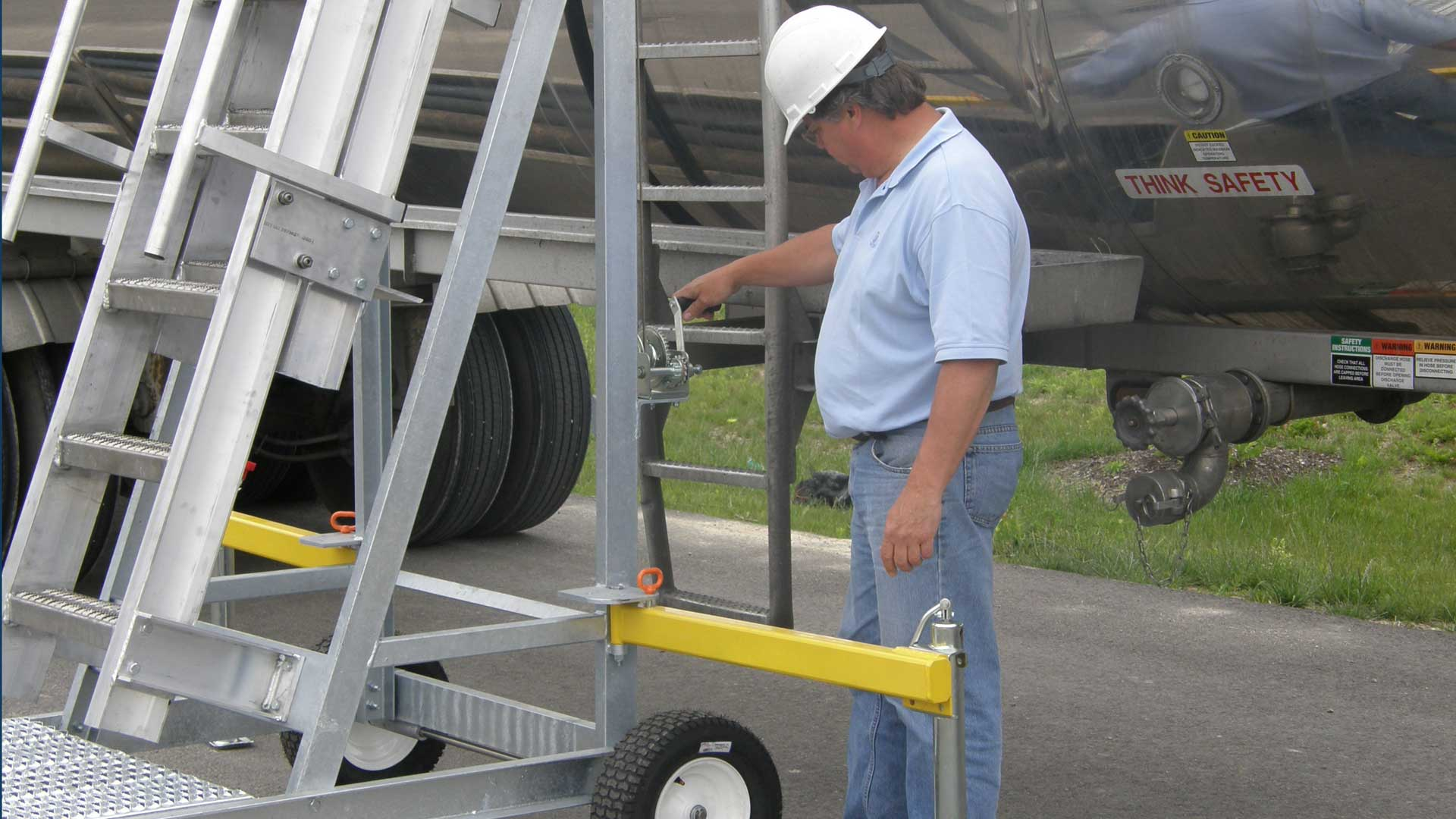 For trucks and most rail applications, our adjustable platform allows users to ascend vehicles of varying heights, from 10' to 14'.  We also offer platforms for Hopper and Bulk cars with an adjustable height of 12' to 16'.