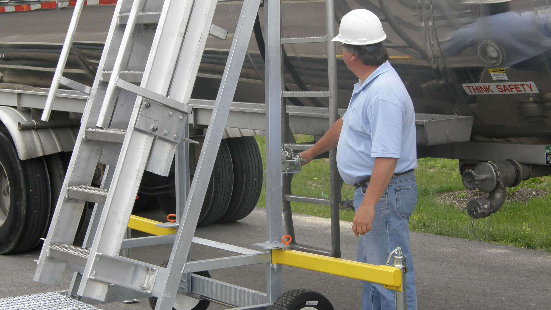 We also offer platforms for Hopper and Bulk cars with an adjustable height of 12' to 16'. Our standard portable truck access platform allows users to approach vehicles of varying heights, from 10' to 14'.